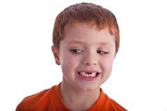 Jonge jongen die gezichtsexpresions stelt Stock Foto's