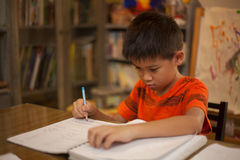 Jonge jongen die het schoolwerk doet royalty-vrije stock fotografie