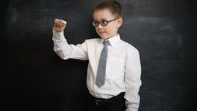 Jonge jongen die iets voor hem schrijven Creatief concept van terug naar school en studie Preschool stock footage