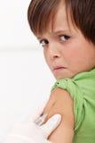 Jonge jongen die injectie of vaccin ontvangt stock fotografie