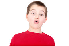 Jonge jongen die met een blik van verbazing reageert Stock Foto's