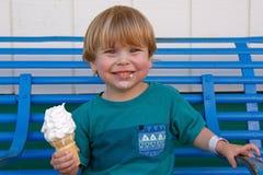 Jonge jongen die met een roomijskegel glimlachen in zijn hand Royalty-vrije Stock Foto's