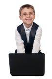Jonge jongen die met laptop werken Stock Afbeeldingen