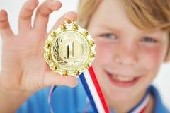 Jonge jongen die met medaille pronkt royalty-vrije stock foto