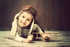 Jonge jongen, die met vliegtuig spelen Stock Foto's