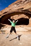 Jonge Jongen die met Vreugde springt Stock Foto
