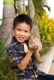 Jonge jongen die met zijn huisdierenhamster pronken Stock Afbeelding
