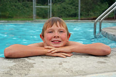 Jonge jongen die na het zwemmen rusten Royalty-vrije Stock Foto's