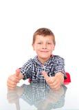 Jonge jongen die o.k. toont Royalty-vrije Stock Afbeelding