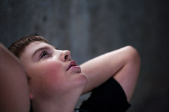 Jonge jongen die omhoog met hoop in zijn ogen kijkt Royalty-vrije Stock Foto's
