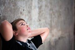 Jonge jongen die omhoog met hoop in zijn ogen kijkt Royalty-vrije Stock Afbeeldingen