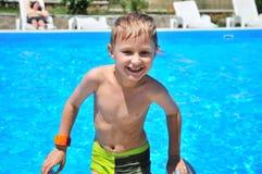 Jonge jongen die omhoog van zwembad komt Royalty-vrije Stock Afbeeldingen