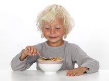 Jonge jongen die ontbijt eet Stock Foto's