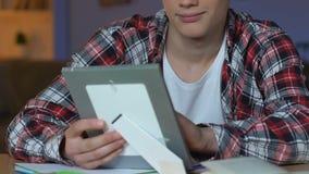 Jonge jongen die ontworpen foto, liefdegevoel, relaties over lange afstand, puberteit kijken stock footage
