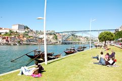 Jonge jongen die op de banken van de dourorivier rusten in Portugal Royalty-vrije Stock Fotografie