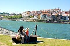 Jonge jongen die op de banken van de dourorivier rusten in Portugal Stock Afbeeldingen