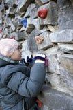 Jonge jongen die op de muur beklimmen royalty-vrije stock fotografie