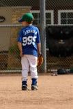 Jonge jongen die op spel in honkbal wacht Royalty-vrije Stock Afbeelding