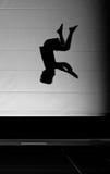 Jonge jongen die op trampoline springt stock afbeeldingen