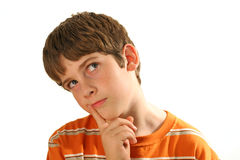Jonge jongen die op wit denkt stock foto