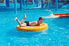 Jonge jongen die pret in aquapark heeft Stock Foto's