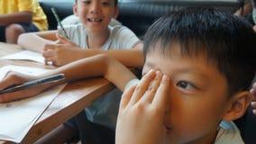 Jonge jongen die schoolwork doen
