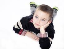 Jonge jongen die in studio bepaalt Stock Afbeeldingen