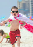 Jonge jongen die superhero beweert te zijn Stock Foto