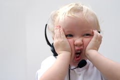 Jonge jongen die telefoonhoofdtelefoon draagt Stock Afbeeldingen