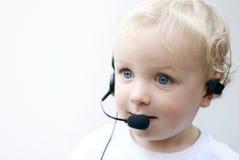 Jonge jongen die telefoonhoofdtelefoon draagt Royalty-vrije Stock Foto's