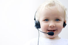 Jonge jongen die telefoonhoofdtelefoon draagt Royalty-vrije Stock Afbeelding