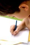 Jonge jongen die thuiswerk doet Stock Afbeelding