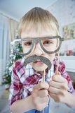 Jonge jongen die valse snorren en glazen dragen royalty-vrije stock foto's