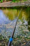 Jonge jongen die van houten dok vissen stock afbeeldingen