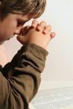Jonge jongen die - verticaal bidt Stock Foto's