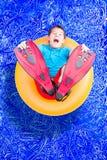 Jonge jongen die in vinnen in een pool spelen stock afbeelding