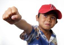Jonge jongen die zegevierend vuist opheft Stock Foto's