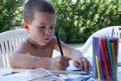 Jonge jongen die zijn thuiswerk doet royalty-vrije stock afbeelding