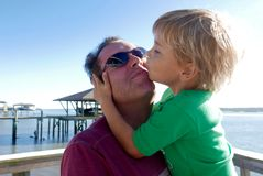 Jonge jongen die zijn vader kussen Royalty-vrije Stock Fotografie