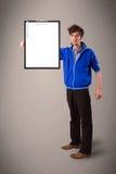 Jonge jongen die zwarte omslag met de witte ruimte van het bladexemplaar houden Stock Fotografie