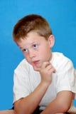 Jonge jongen in diepe gedachte royalty-vrije stock foto