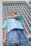 Jonge jongen in een grote stad Royalty-vrije Stock Fotografie