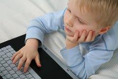 Jonge Jongen en Computer Stock Afbeelding