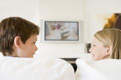 Jonge jongen en jong meisje in woonkamer Stock Afbeelding