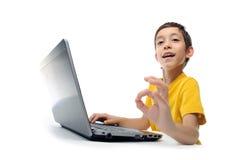 Jonge jongen in gele t-shirt Stock Fotografie