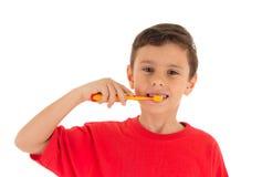 Jonge jongen het borstelen tanden Stock Foto's