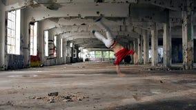 Jonge jongen het dansen breakdance in de oude zaal stock video