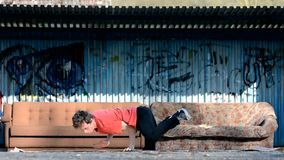 Jonge jongen het dansen breakdance op de straat stock videobeelden