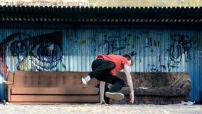 Jonge jongen het dansen breakdance op de straat stock footage