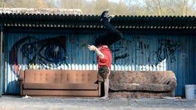 Jonge jongen het dansen breakdance op de straat stock video